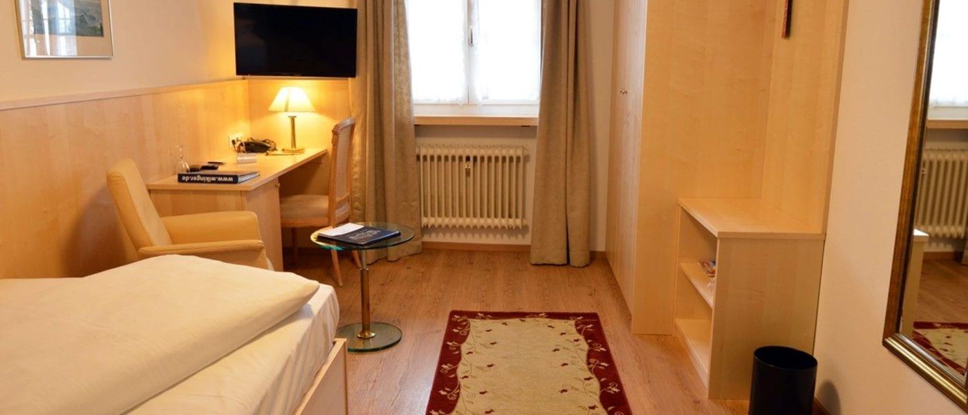 Unsere Einzelzimmer in Stoll's Hotel Alpina in Schönau am Königssee:mit einer Größe von 15 bis 20 qm und Schreibtisch/Sitzmöglichkeit, HD-TV-Flatscreen, Zimmersafe, Minibar und Bad/WC.
