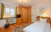 Unsere Hotelzimmer in Stoll's Hotel Alpina in Schönau am Königssee:mit einer Größe von 15 bis 20 qm und Schreibtisch/Sitzmöglichkeit, HD-TV-Flatscreen, Zimmersafe, Minibar und Bad/WC.