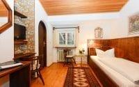 Unsere Zimmer in Stoll's Hotel Alpina in Schönau am Königssee:mit einer Größe von 15 bis 20 qm und Schreibtisch/Sitzmöglichkeit, HD-TV-Flatscreen, Zimmersafe, Minibar und Bad/WC.
