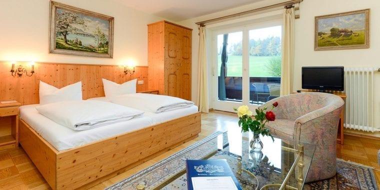 Großzügige Familienzimmer, Kategorie A mit Balkon und Bergblick in Stoll's Hotel Alpina in Schönau am Königssee / Berchtesgaden