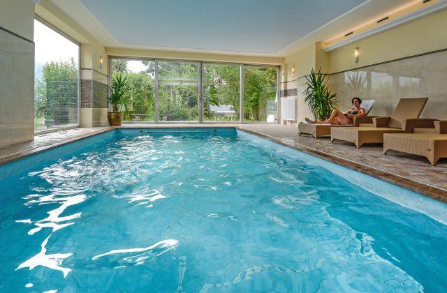 Der Innenpool / das Innen schwimmbad im Stoll's Hotel Alpine in Schönau am Königssee / Berchtesgaden