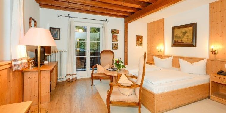 Unsere komfortablen und gut ausgestatteten Zimmer in Stoll's Hotel Alpina in Schönau am Königssee / Berchtesgaden – zum Teil mit Balkon und traumhaftem Bergblick. WLAN, Safe und Minibar inklusive. Schauen Sie sich um!