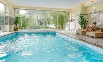 Hotel mit Schwimmbad – das Das Hallenbad / der Inddor-Pool in Stoll's Hotel Alpina in Schönau am Königssee / Berchtesgaden