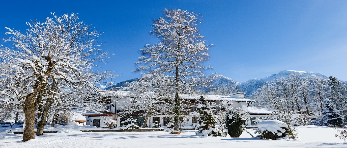 Das Stoll's Hotel Alpina in Schönau am Königssee / Stoll's Hotel Alpina in Schönau am Königssee / Berchtesgadener Land verschneit im Winter.
