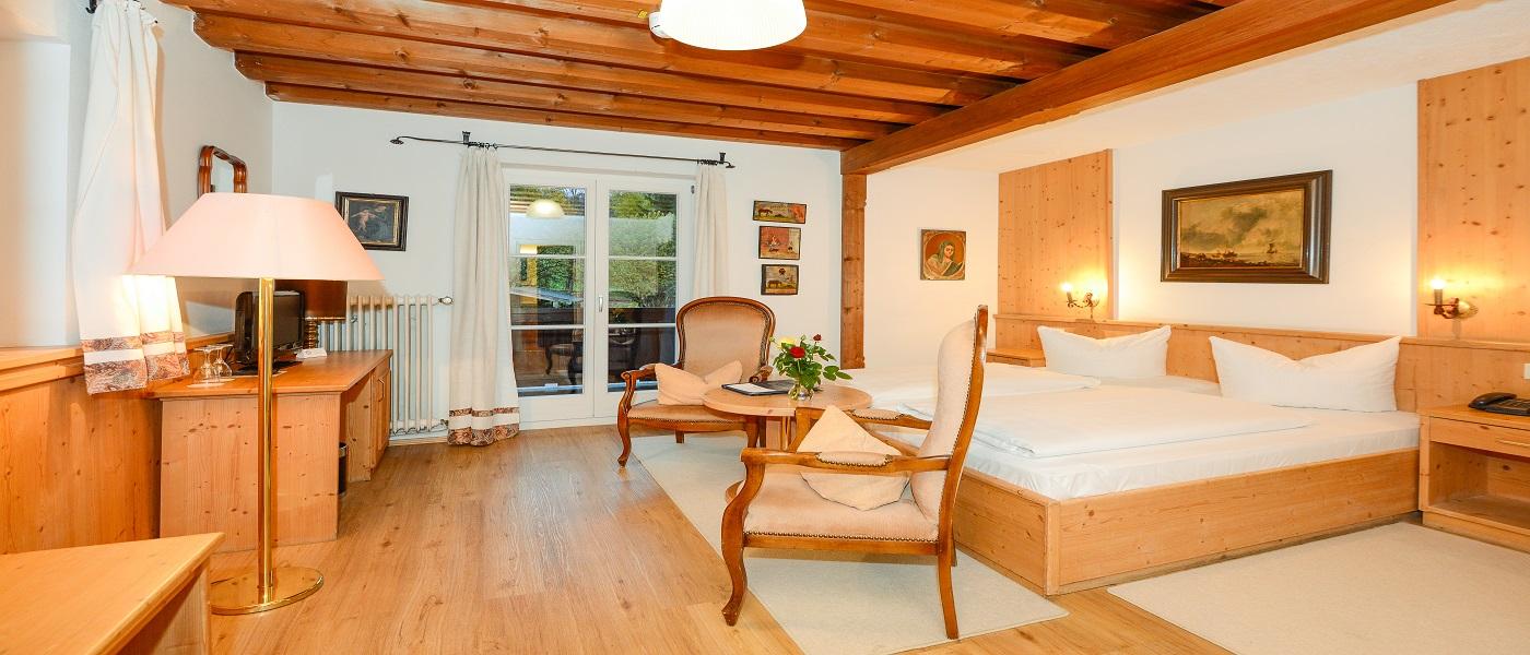 Großzügigge Doppelzimmer, teilweise mit Balkon und Bergblick, in Stoll's Hotel Alpina in Schönau am Königssee